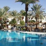 zwembad van hotel Leonardo Privilege met op de achtergrond de hotelkamers