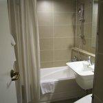 バスルームは普通、ちょっと狭め