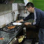 Rodrigo cocinando para nosotros.