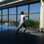 Yoga au bord de la picine