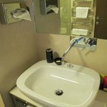 Large, clean, fully equiped bathroom with bidet