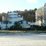 Teilweise Hotelansicht vom Strand her gesehen