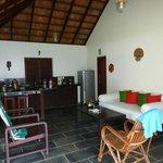 Wohnbereich mit großem Kühlschrank, Spüle, Sofa, Bar, Tisch, ....