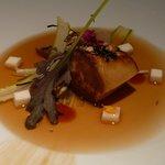 2013 Foie braisé avec algues posé sur du lait caillé au raifort, bouillon de soja fermenté et se