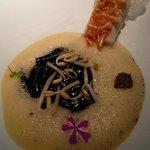 2013 Rouget accompagné de cristaux d'écailles comestibles, de pousses de soja, de semoule de blé