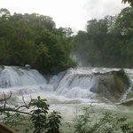 vista lateral de las cascadas