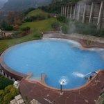 piscina esterna riscaldata con idromassaggio e cascate