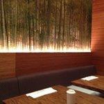 竹の絵に間接照明が当たって良い雰囲気になっています。
