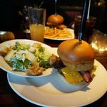 Der Legendary Burger mit Caesar Salad statt Pommes