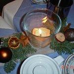 новогодние элементы декора на обеденном столе
