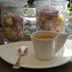 Café servi avec des guimauves et des caramels faits maison