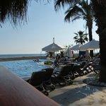 Blick von der Beachbar auf den Pool