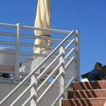 La terrasse se découpe dans l'azur : c'est l'été au Fort