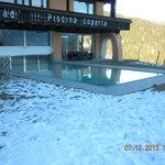 La piscina vista dall'esterno.