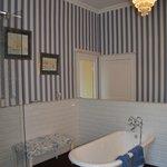 Romslig baderom med dusj og badekar