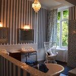 Smakfullt og romslig baderom med seperat WC