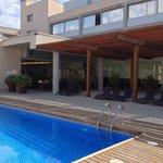 Vue de l'hôtel et partie de la piscine, espace extérieur