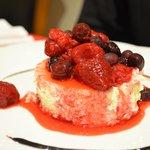 Postre chasse cake con frutos rojos, restaurant.