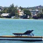 Le radeau-ponton privée de l'hôtel au large de la baie