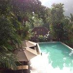 La piscine, vue depuis la salle supérieure du petit déjeuner