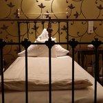 Schönes rustikales Bett. Leider ist die Matratze komplett durchgelegen und man liegt abschüssig