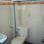 La salle de bain et ses tuyaux dans tous les sens...