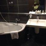 bagno con lavandino e vasca/doccia