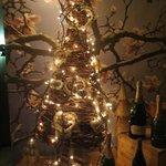 Árbol navideño armado en el ingreso del restaurante