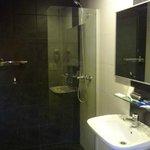 Banheiro bom, mas com ducha sem pressão.