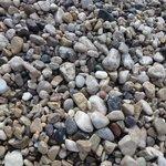 Ingen sandstrand, men flotte, glattslipte steiner.
