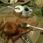 crêpe avec une pomme cuite et du calvados