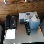 mesita con cargador de Iphone