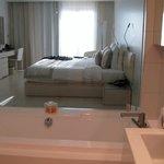 Glassvegg mellom bad og rommmet