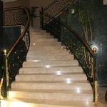 Escaleras de acceso a los pisos.