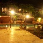 en la piscina de noche