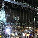 el árbol de navidad en el hall principal