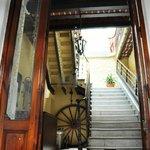 Entrada con escalera de marmol de Carrara