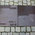 la placa con la cita de Heine: Allí donde se queman los libros, se acaba por quemar a los hombre
