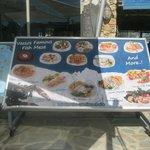 cartel mostrando los platos en la terraza