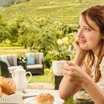 Frühstück in der Panorama Lounge mitten im Weingarten mit herrlichem Ausblick auf die Weinberge