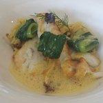 Filet de daurade cuit à la plancha, langues d'oiseaux, au jus de crustacés et safran