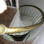 Esta es la mini escalera por la cual descendiamos 3 pisos.