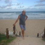 Escada da pousada direto na areia da praia
