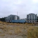 Blick vom Strand aufs Hotel