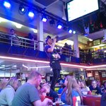 Nuestro camarero, cantando y con la cuenta en la mano