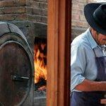 Preparando el tradicional asado y empanadas en la parilla y horno de barro a la vista para compa