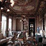 Uma das salas de estar do palácio, disponível aos hóspedes.