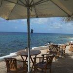 A parte dos fundos, local do restaurante e de uma das piscinas, é na beira do mar.