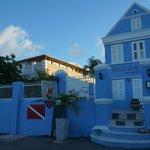 O Scuba Lodge ocupa uma área de prédios antigos, mas a entrada é pelo prédio azul.