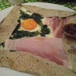 Crepe salata con prosciutto cotto, spinaci, uovo e marmellata di cipolle